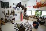 riesiger Krawattenfisch hängend mittig im Bild und Skulptur darunter von Heidi Mühlschlegel
